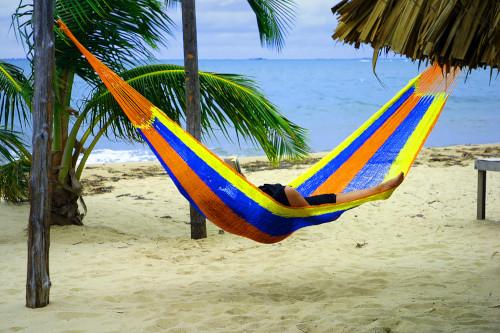 Hängematten am Strand unter Palmen
